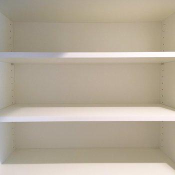 上部には幅広のラックも。シーズン以外の靴はここにしまおうかな。※写真は5階の同間取り別部屋のものです