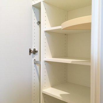 シューズボックス。傘立てもついてます。※写真は5階の同間取り別部屋のものです