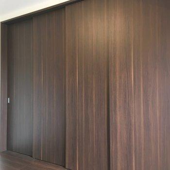 スライドドアで仕切れます。※写真は5階の同間取り別部屋のものです