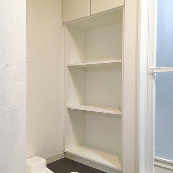 脱衣所に洗濯機置き場。しっかりめに収納もついてます。※写真は5階の同間取り別部屋のものです