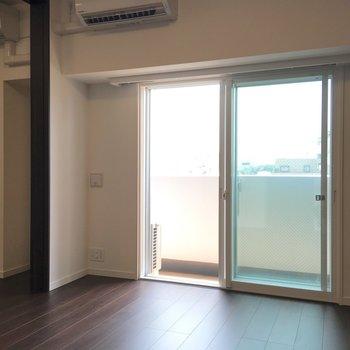 内装もダークトーンのフローリングを使用したクールな印象。※写真は5階の同間取り別部屋のものです
