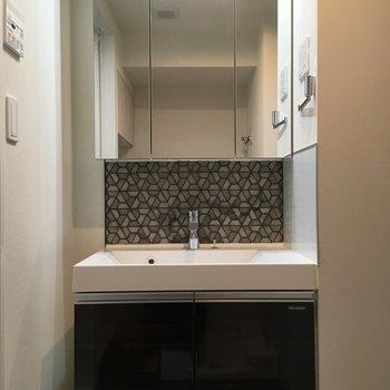 洗面台。柄がおしゃれです。※写真は5階の反転間取り別部屋のものです