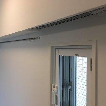 寝室。小窓用のカーテンレールや、ちょっとした収納に、フックも使えますね。※写真は5階の反転間取り別部屋のものです