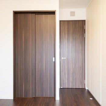 【洋室7.2帖】扉はシックな印象。