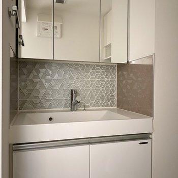 模様が個性的な洗面台。※写真は通電前のものです