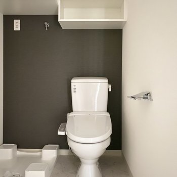 トイレ上にはちょっとした収納が。※写真は通電前のものです