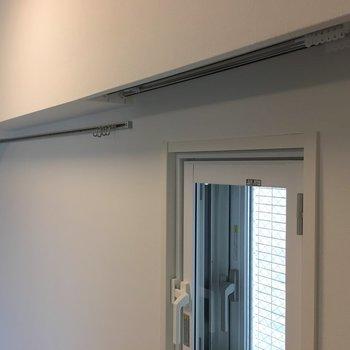 寝室。小窓用のカーテンレールや、ちょっとした収納に、フックも使えますね。