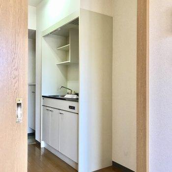 キッチン横に冷蔵庫を置くスペースがあります。