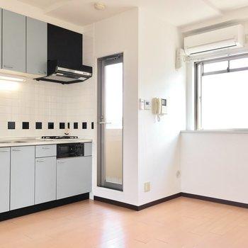 モノクロのタイルがかわいいキッチン。(※写真は5階の同間取り別部屋のものです)