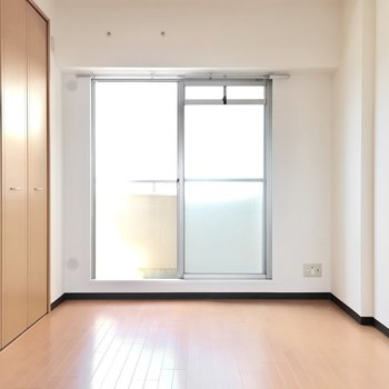 お隣の洋室へ。エアコンはご用意を。(※写真は5階の同間取り別部屋のものです)