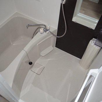 暗い色がアクセントになっている浴室 ※フラッシュ撮影をしています