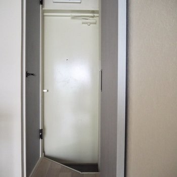 玄関ドアはお部屋に溶け込む色