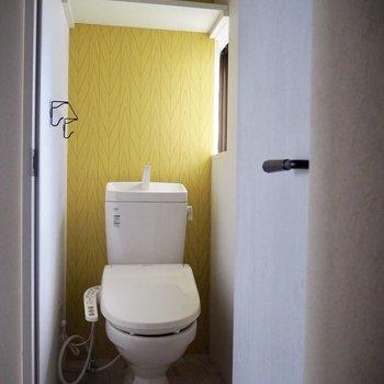 黄色のアクセントクロスが可愛いトイレ