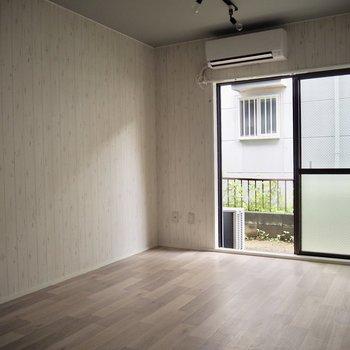 【LDK】ウッド調の壁紙がお部屋の雰囲気を優しくしてくれています