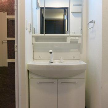 大きめの洗面台が嬉しい!(※写真は13階の同間取り別部屋のものです)