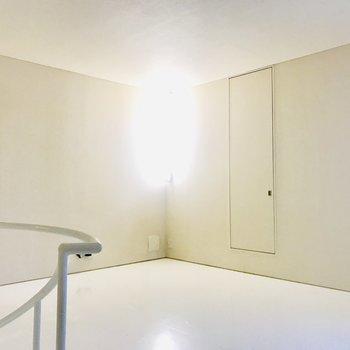 天井に照明はありません、照明はこの角のや