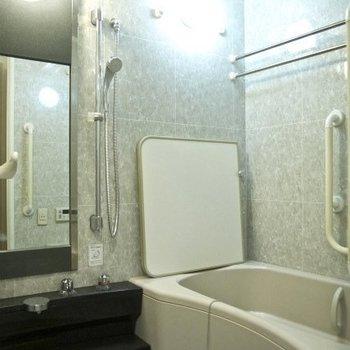 お風呂です。浴室乾燥できます(※写真は9階の同間取り別部屋のものです)