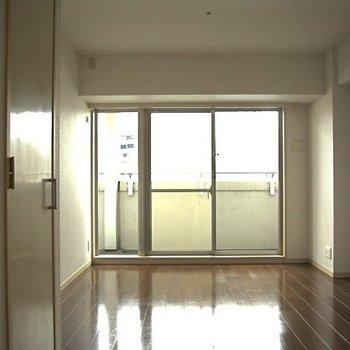 リビングが10.3帖、家具の配置も自由自在(※写真は9階の同間取り別部屋のものです)