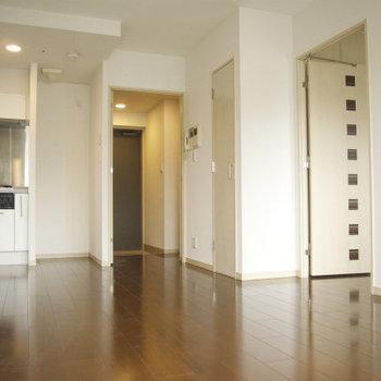 隣の洋室とはしっかりとした扉で仕切られています(※写真は9階の同間取り別部屋のものです)