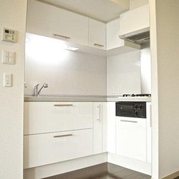直角のキッチンっていいですよね。ガス2口のグリル付き(※写真は9階の同間取り別部屋のものです)