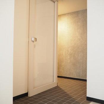 透明な扉は開放感!※写真は同間取り別部屋です