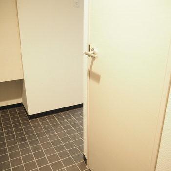 土間からトイレにいくよ※写真は同間取り別部屋です