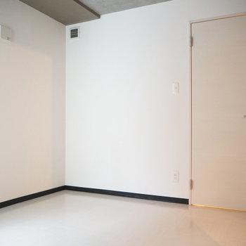 この扉は水回りに通じています※写真は同間取り別部屋です