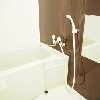 お風呂はコンパクトサイズ※写真は同間取り別部屋です