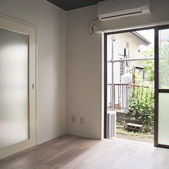 【洋室】洋室にも大きな窓があります