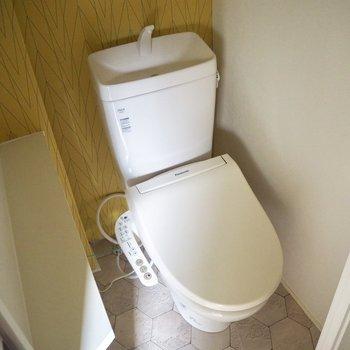 黄色いアクセントクロスが素敵なトイレ