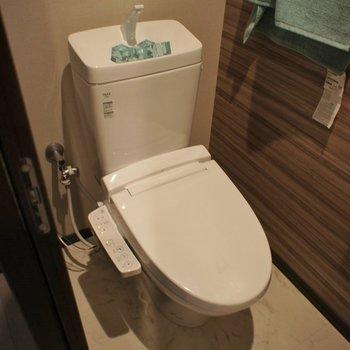 トイレもアクセントクロスがきらり!