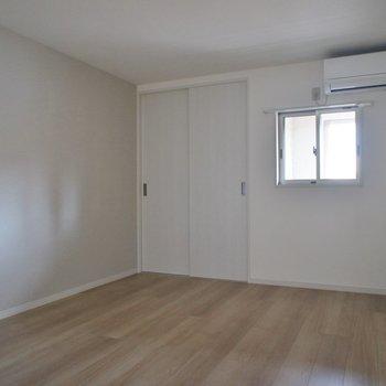 洋室1!しっかり小窓あり圧迫感は感じません☆彡