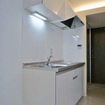 ホワイトなキッチン※写真は同タイプの別室。