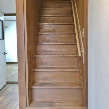レトロな階段を登って2階へ。