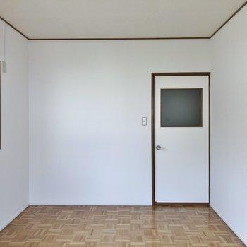 組木の床がレトロな2階。