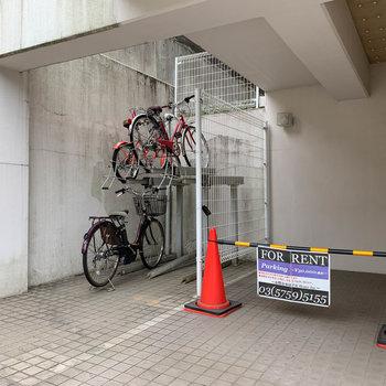 駐輪場と駐車場がエントランス横に。