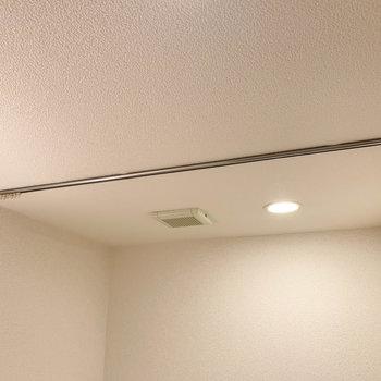 トイレ部分には、カーテンを取り付けられるレールがありました。