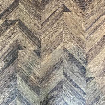 ヘリンボーンの床。これがお部屋の雰囲気に一役買っています。