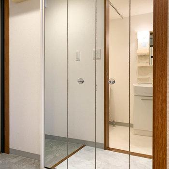 キッチンの左側には、前面が鏡の収納。