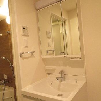 2面鏡の洗面台(※写真は13階の同間取り別部屋のものです)