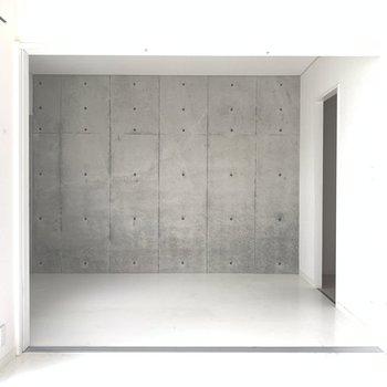 隣の洋室へ。コンクリデザインのクロスが主役(※写真のお部屋は清掃前です)