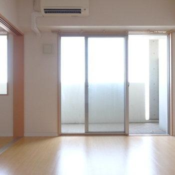大きな窓からやわらかく光が射し込みます。(※写真は12階の同間取り別部屋のものです)