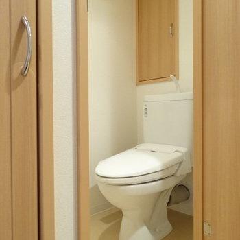 トイレはウォシュレット付き。後ろの収納もオシャレ!(※写真は12階の同間取り別部屋のものです)