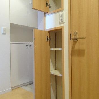トイレ横にも収納。洗剤やシャンプーのストックも置けそうです。(※写真は12階の同間取り別部屋のものです)