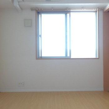 こちらは洋室。寝室に!ダブルベッド置けそう◎(※写真は12階の同間取り別部屋のものです)