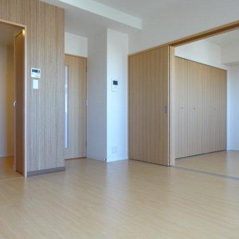 扉を開ければ広々空間。ナチュラルで明るい空間。(※写真は12階の同間取り別部屋のものです)
