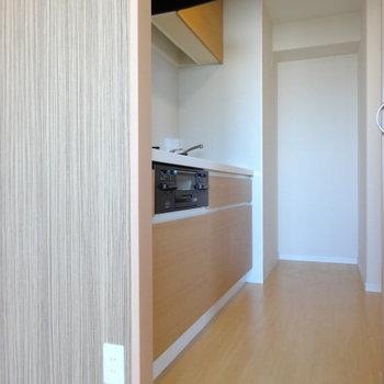 お部屋に馴染む木目のキッチン。通路幅しっかりあるので、2人でキッチンに立つこともできそう◎(※写真は12階の同間取り別部屋のものです)