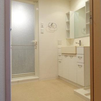 脱衣所広々!洗面台は2人並んでも十分な大きさ♪(※写真は12階の同間取り別部屋のものです)