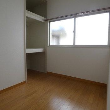 【階段を上った先の洋室】