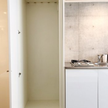 冷蔵庫置場前にも扉が!隠せます※写真は1階の同間取り別部屋のものです